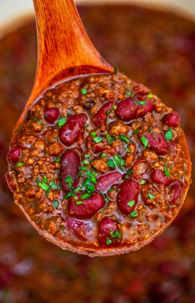 30 Minute Chili Recipe is a hearty and comfort meal made with ground beef, crushed tomatoes, and ready in only 30 minutes. #chili #30minutechili #chilirecipe #dinnerideas #30minutemeals