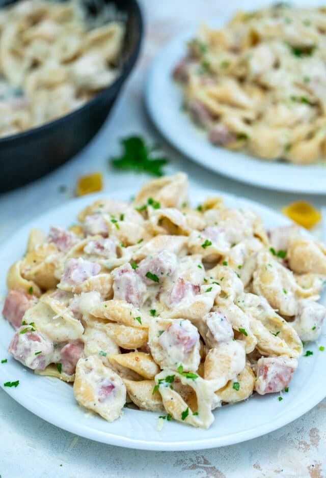 One Pan Ham and Cheese Pasta Recipe is creamy, cheesy and delicious and is ready in less than 30 minutes. #pasta #ham #cheese #30minutemeals #onepot