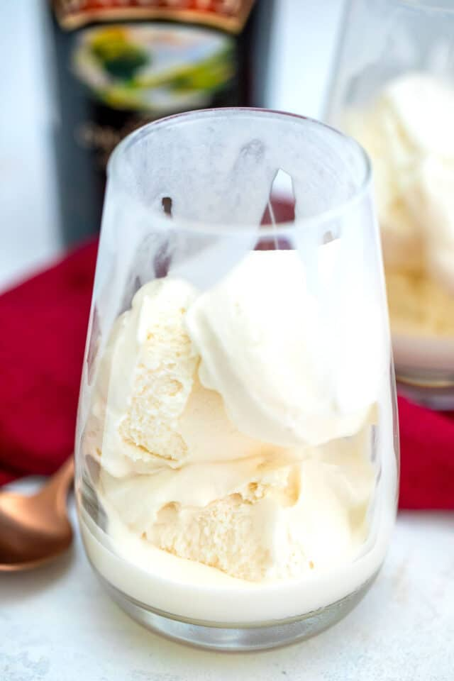 Affogato is a classic Italian dessert made with creamy vanilla ice cream and topped with a shot of fresh espresso. #affogato #baileys #drinks #stpatricksday #30minutemeals