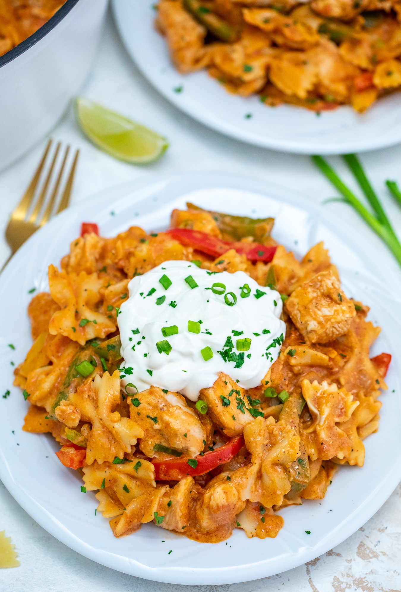 One Pot Chicken Fajita Pasta is a hearty and classic dish made with chicken, bell pepper, and pasta soaked in a creamy fajita sauce. #chickenrecipes #pastarecipes #onepotrecipes #30minutemeals #mexicanrecipes