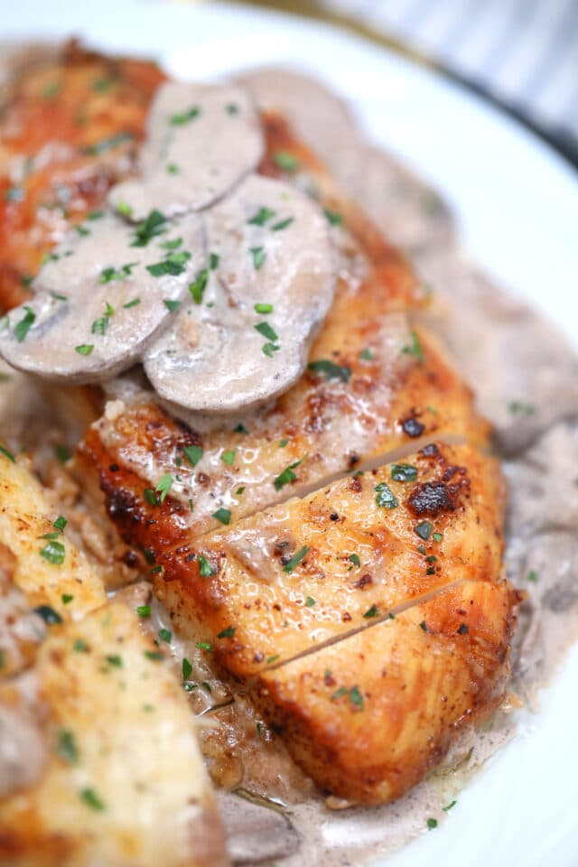 Chicken Marsala is a one-pan Italian inspired dish that is made with chicken and mushrooms in a richMarsala based sauce. #chickenfoodrecipes #chickenmarsala #chickenrecipes #30minutemeals #easyrecipes